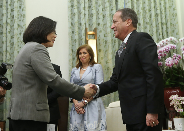 President Tsai shakes hands with President Reinaldo Pared Pérez of Dominican Republic Senate.