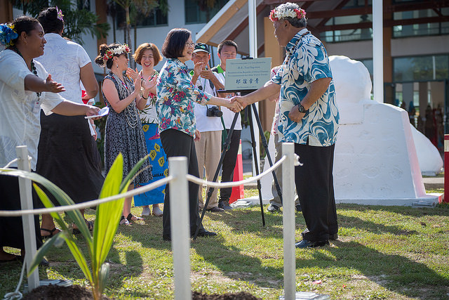 President Tsai takes part in a tree planting ceremony at the Tuvalu Government Building  with Tuvalu Prime Minister Enele Sosene Sopoaga.