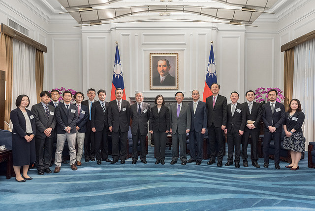 President Tsai poses for a photo with the Japanese delegation to the Fifth Taiwan-Japan Strategic Dialogue.