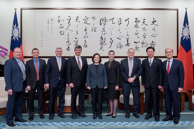 President Tsai poses for a photo with a delegation from Harvard University's Fairbank Center for Chinese Studies.