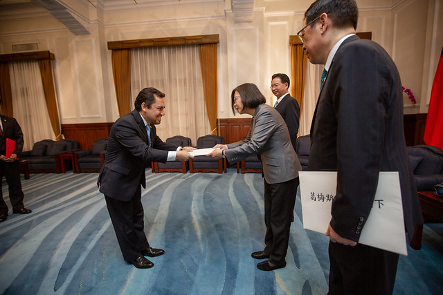 President Tsai accepts the credentials of new Guatemalan Ambassador to Taiwan Willy Alberto Gómez Tirado.