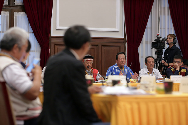 At the meeting of the Indigenous Historical Justice and Transitional Justice Committee, President Tsai exchanges views with the committee members.