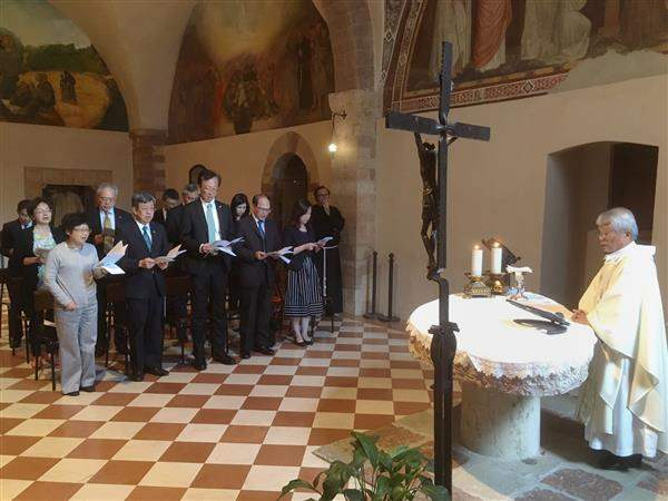Vice President Chen Chien-jen prays for world peace in Assisi.