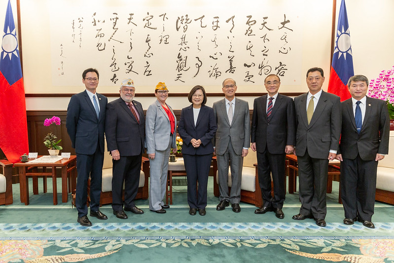 President Tsai takes a group photo with AMVETS National Commander Brown.