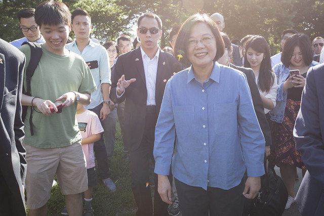 President Tsai and young Taiwanese-Americans stroll in New York City's Central Park.