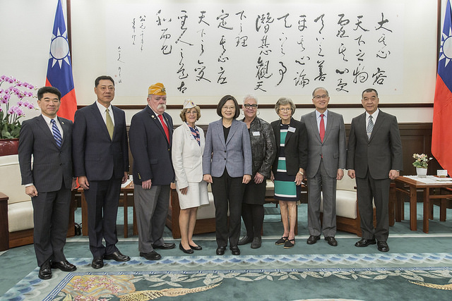 President Tsai poses for a photo with a delegation led by American Veterans National Commander Rege Riley.