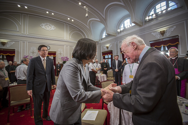 President Tsai shakes hands with a senior foreign Catholic clergy member.