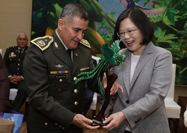 President Tsai receives a gift from a participant in an international training course organized by Taiwan's Ministry of National Defense.