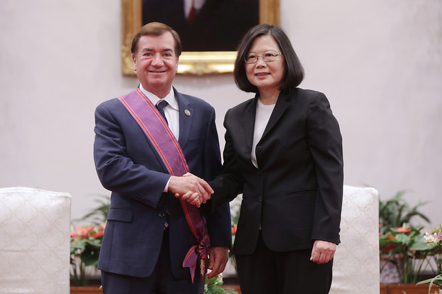 President Tsai shakes hands with US House Committee on Foreign Affairs Chairman Ed Royce.