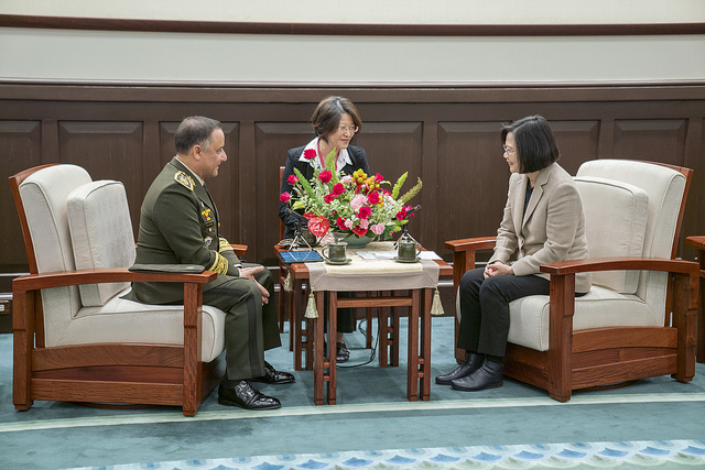President Tsai exchanges views with Guatemalan Minister of Defense Major General Luis Ralda.