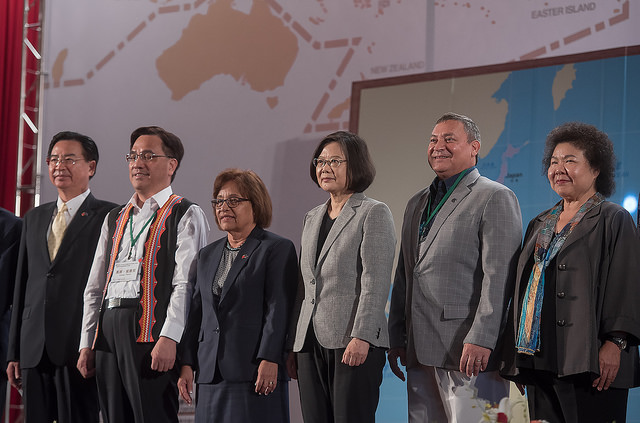 President Tsai poses for a photo with participants at the Austronesian Forum 2018.