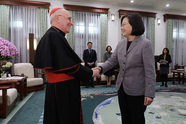 President Tsai shakes hands with Cardinal Fernando Filoni, Prefect of the Vatican's Congregation for the Evangelization of Peoples.