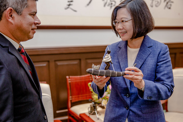 President Tsai receives a gift from Chairman Luis Galarreta of Committee on Foreign Affairs of the Peruvian Congress.