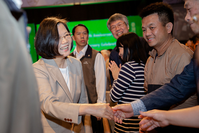 President Tsai shakes hands with participants attending a banquet commemorating the 1979 Taiwan Relations Act and the 2018 Taiwan Travel Act.