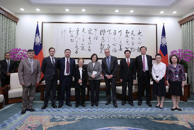 President Tsai poses for a photo with a delegation from the Reporters Without Borders.