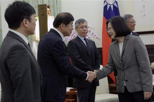 President Tsai shakes hands with members of the team dispatched by Taiwan to be in Geneva during the World Health Assembly.