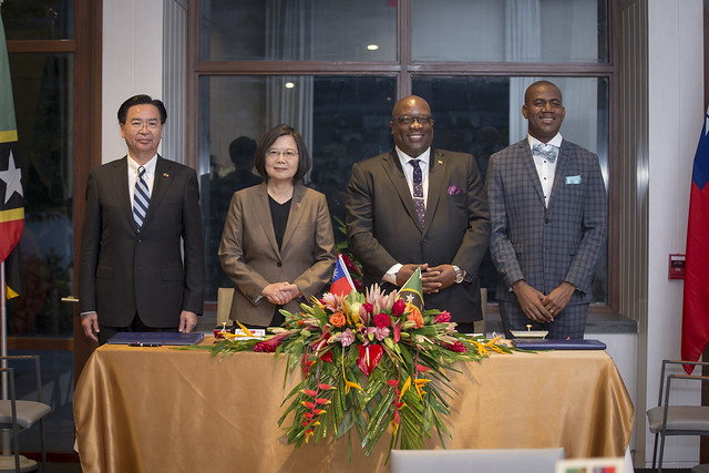President Tsai and St. Kitts and Nevis Prime Minister Harris witness the signing of a Taiwan-SKN technical and vocational education agreement.