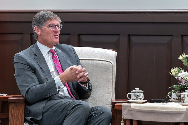 Citigroup CEO Michael Corbat exchanges views with President Tsai.