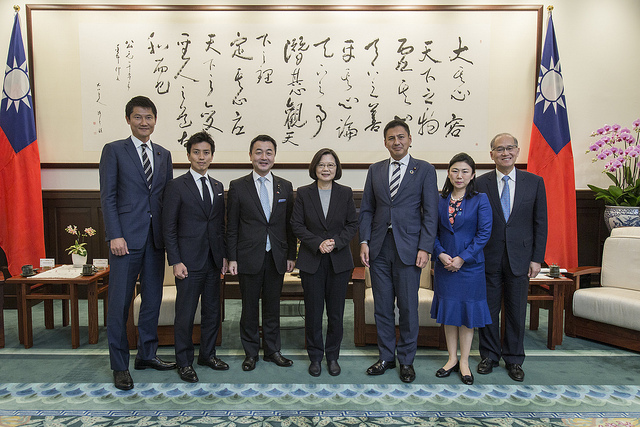 President Tsai poses for a photo with a delegation led by Japan's Liberal Democratic Party Youth Division Director Hajime Sasaki.