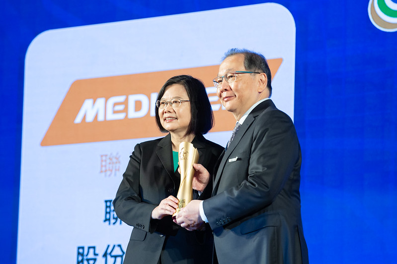 President Tsai personally presents the awards to the representatives from award-winning enterprises.