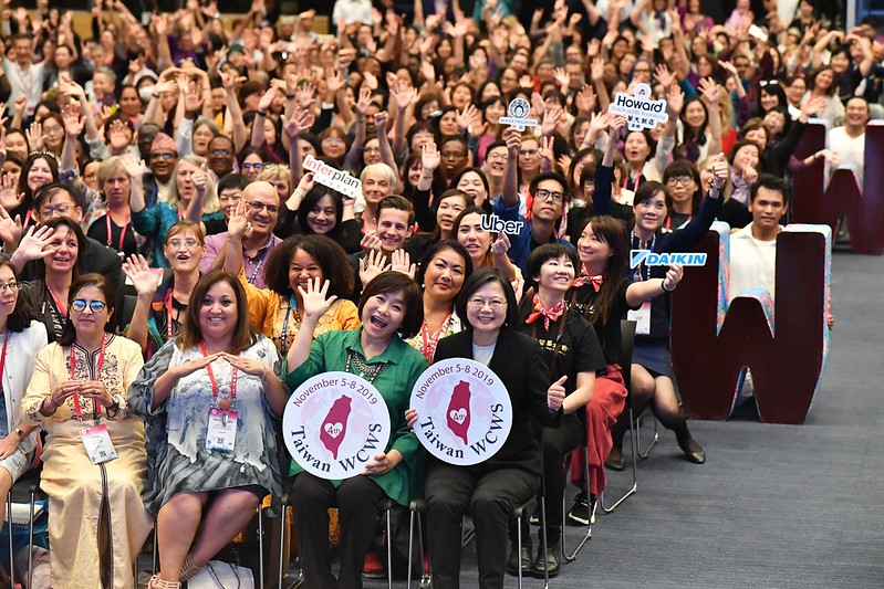 President Tsai poses for a photo with participants attending the fourth World Conference of Women's Shelters.