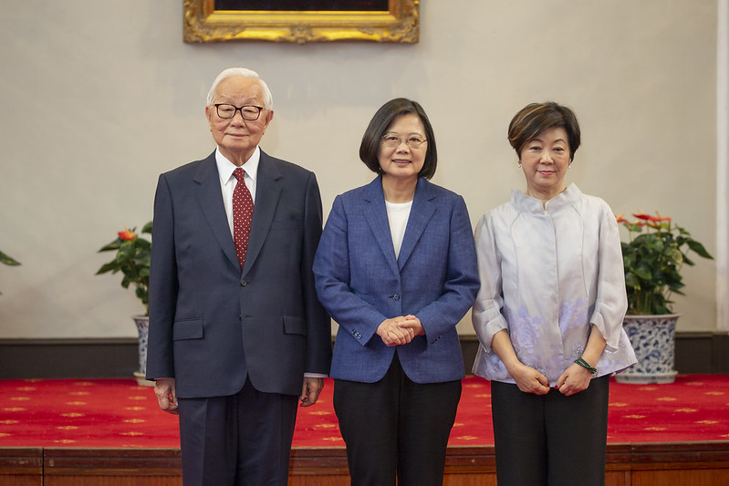 President Tsai takes a picture with Dr. Morris Chang and his wife, Sophie Chang.