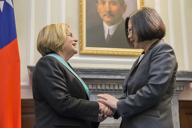 President Tsai shakes hands with Chairman Emeritus Ileana Ros-Lehtinen of US House Committee on Foreign Affairs.