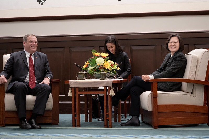 President Tsai exchanges views with Ambassador Kurt Tong.