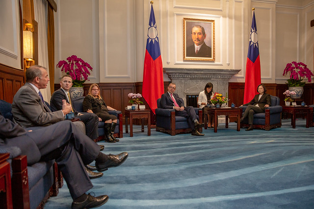 President Tsai meets with a defense industry delegation from the USTBC.