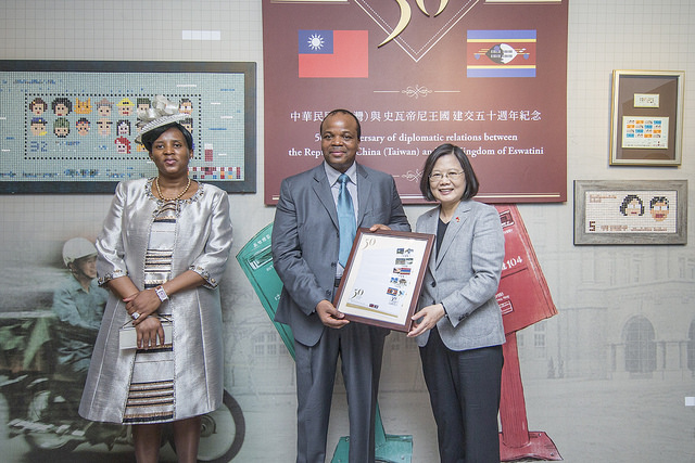 President Tsai presents the commemorative stamps to King Mswati III of Eswatini.