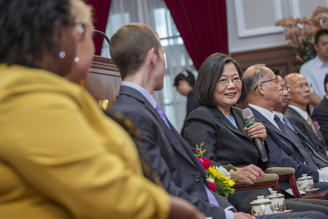 President Tsai exchanges views with the 2018 Mosaic Taiwan fellows.