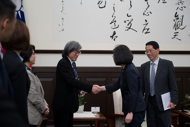 President Tsai shakes hands with PChome Online Inc. Chairman Jan Hung-tze.
