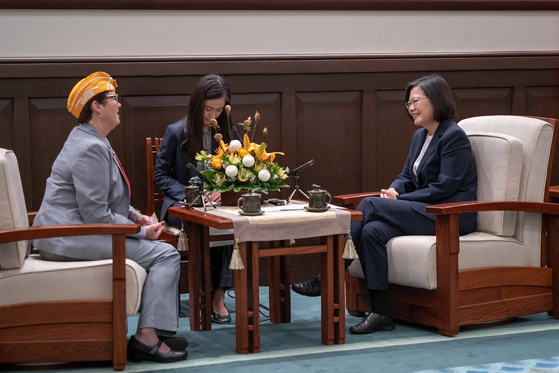 President Tsai exchanges views with AMVETS National Commander Jan Brown.