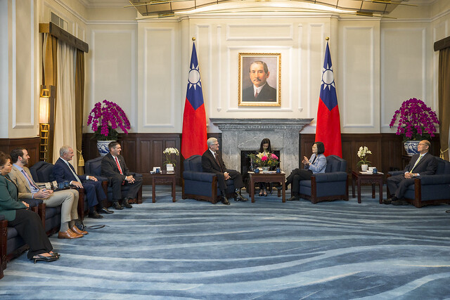 President Tsai Ing-wen meets with Mississippi Governor Phil Bryant.