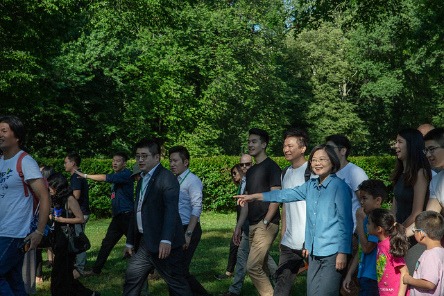 President Tsai goes for a stroll with young Taiwan-Americans in New York City's Central Park.