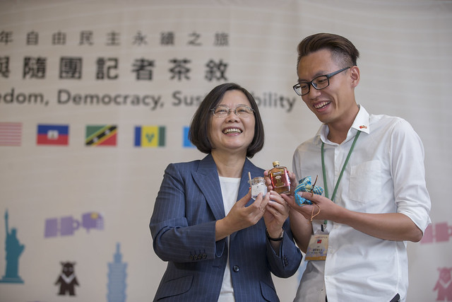 President Tsai poses for a photo with a reporter.