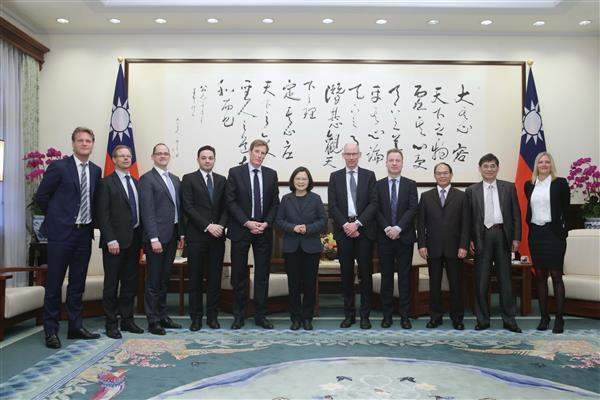 President Tsai poses for a photo with a delegation from DONG Energy based on Denmark.