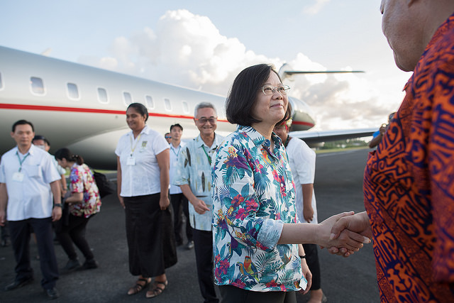 President Tsai shakes hands with people who came to see her off at the airport in Tuvalu.