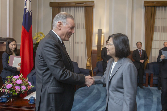President Tsai Ing-wen meets with a delegation from the Applied Materials Board of Directors.