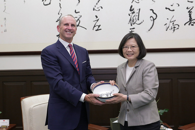President Tsai exchanges gifts with former US Chief of Naval Operations Jonathan W. Greenert.
