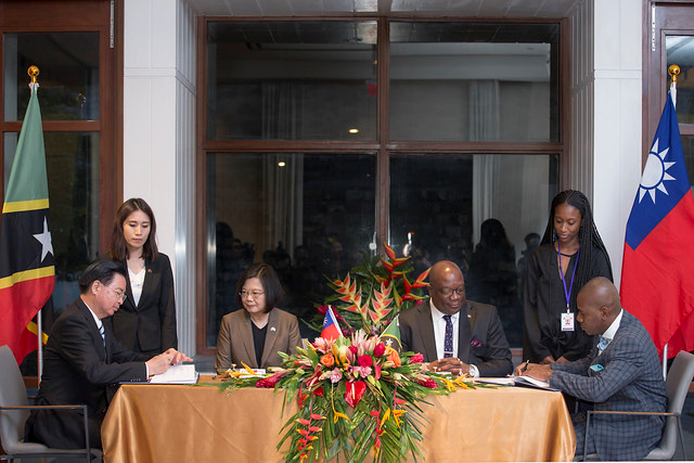 President Tsai and St. Christopher and Nevis Prime Minister Harris witness the signing of a Taiwan-SKN technical and vocational education agreement.