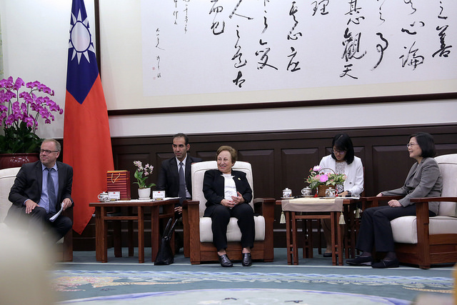 President Tsai meets with a delegation from the Reporters Without Borders.