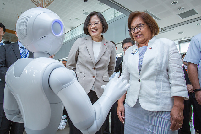 President Tsai visits the Southern Taiwan Science Park Bureau, and tours the Tree Valley Park.