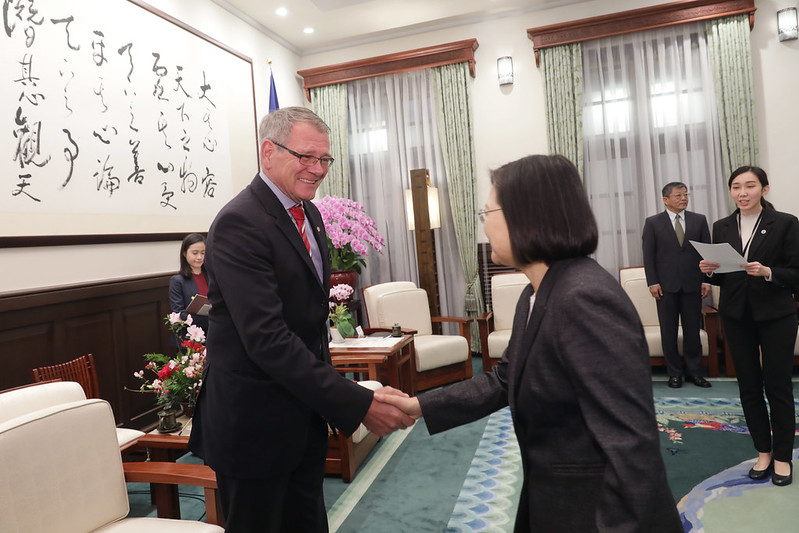 President Tsai shakes hands with German Institute Taipei Director General Thomas Prinz.