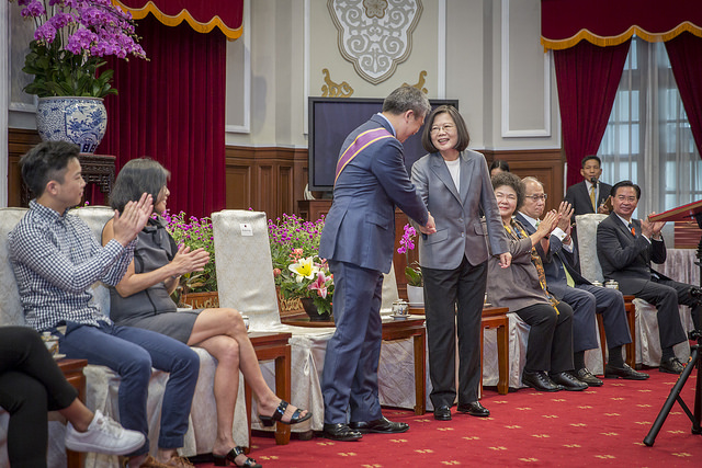 President Tsai  Ing-wen confers decoration on Director of the American Institute in Taiwan Kin W. Moy.