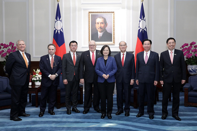 President Tsai poses for a photo with a delegation led by The Heritage Foundation founder Dr. Edwin Feulner.