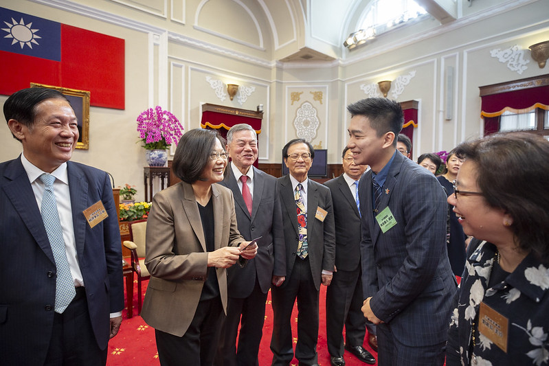 President Tsai meets with representatives of award-winning businesses.