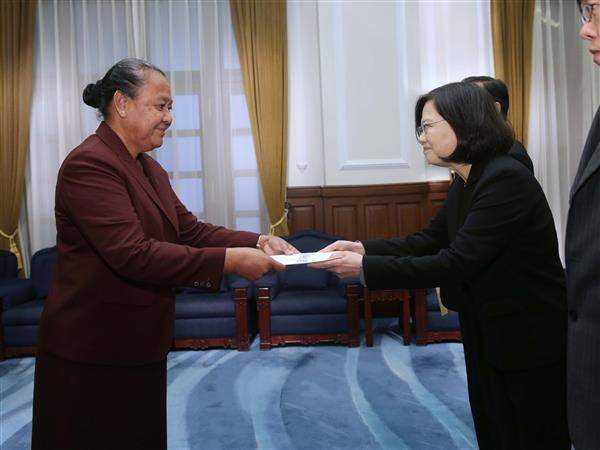 President Tsai receives the credentials of Limasene Teatu, Tuvalu's new ambassador extraordinary and plenipotentiary to the Republic of China.