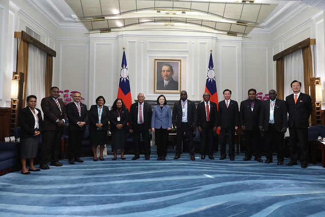 President Tsai poses for a photo with a delegation led by Solomon Islands National Parliament Speaker Ajilon Jasper Nasiu.