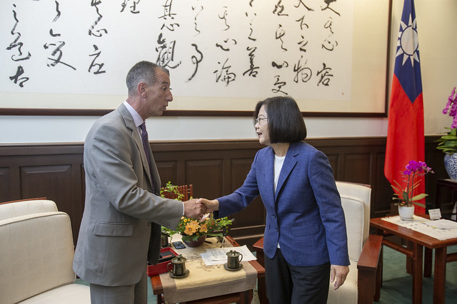 "President Tsai shakes hands with Vincent ""B.J."" Lawrence, Commander-in-Chief of US Veterans of Foreign Wars."